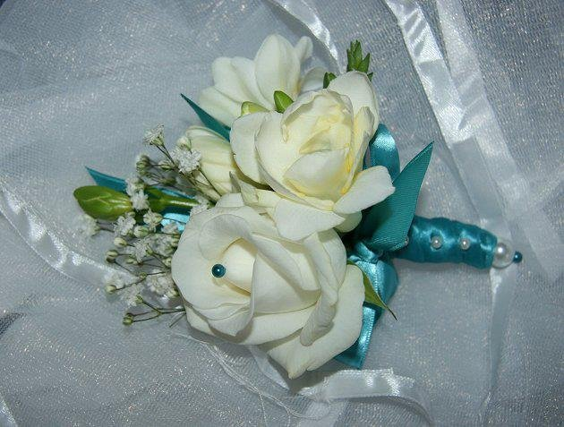 colour co-ordinated mother of the bride corsage